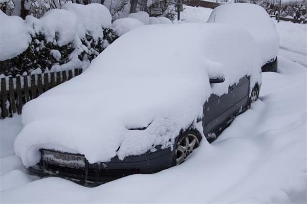又要面对下大雪了!教你5个清除车上积雪小妙招2