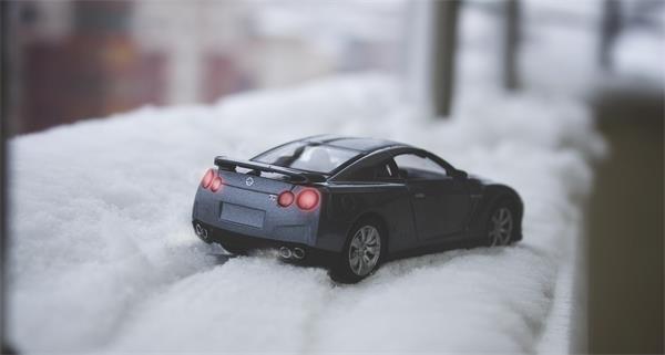大雪又双叒叕来了!车子被雪地'坑'了可咋办?2
