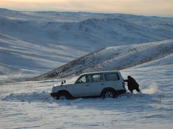 大雪又双叒叕来了!车子被雪地'坑'了可咋办?4