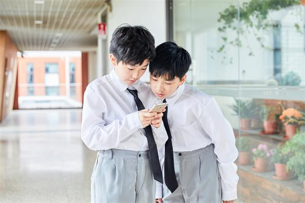 使用手机限制,安省的学生们果真要退出群聊啦!3