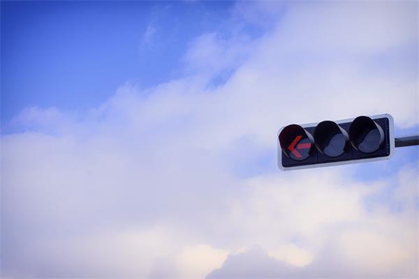 注意啦!遇黄灯,拿捏不准就算闯红灯!7