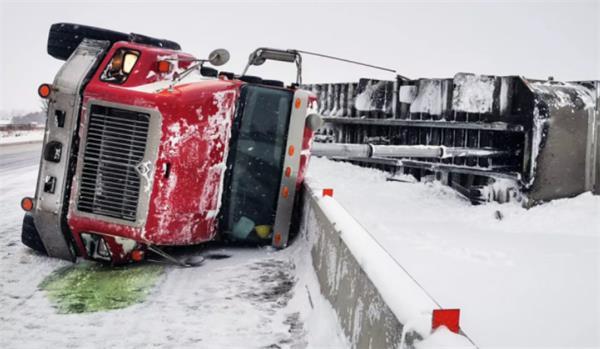 场面混乱!连日暴雪多伦多24小时近300起事故1
