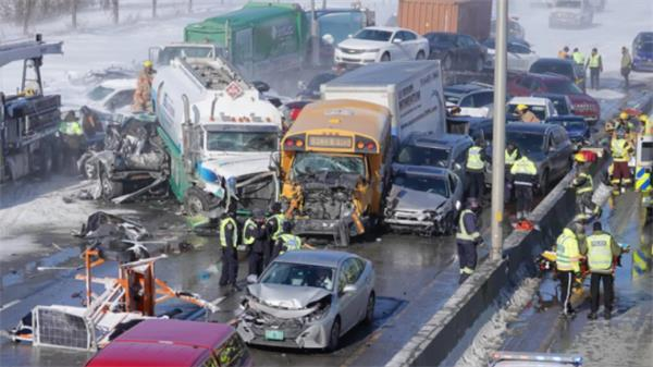 场面混乱!连日暴雪多伦多24小时近300起事故4
