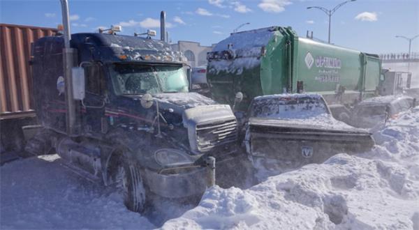 场面混乱!连日暴雪多伦多24小时近300起事故3