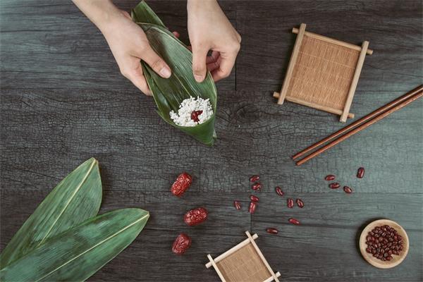端午安康!挂艾草,绑五色丝线,阖家包粽,节日的仪式感不能少7