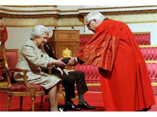 惊了!英国女王遭牛津大学学生抵制!反殖民反种族歧视热潮传遍全球